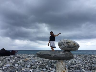 花蓮曼波海灘疊石樂 借位拍照比創意