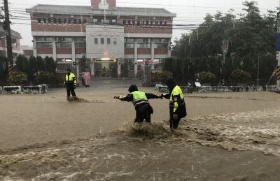 員林山腳路淹大水  汽車泡水騎士落水溝