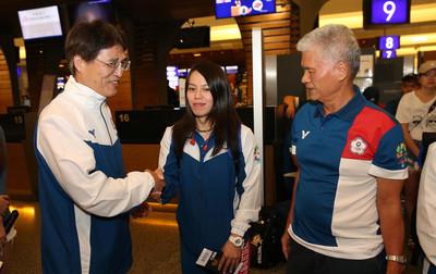 中華亞運代表團出征 近300人搭專機