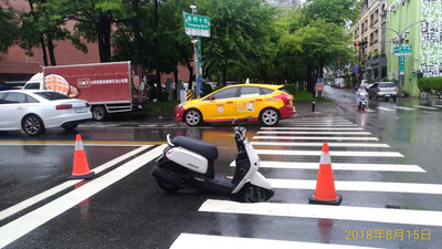 台南東區路面塌陷 騎士陷入坑洞獲救