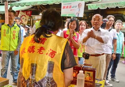衝市場爭選票  蘇貞昌緊握攤販的手
