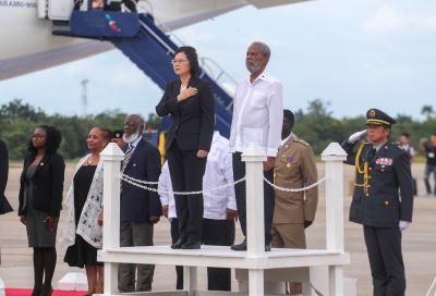 蔡總統抵貝里斯 軍禮現場罕見有直升機飛越