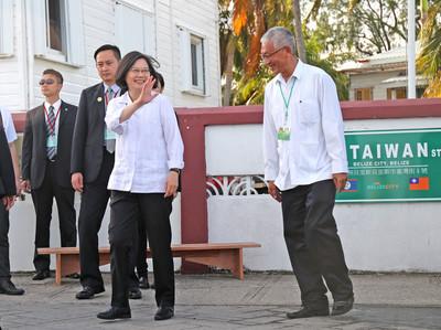 總統抵貝里斯  穿瓜亞貝拉衫與台灣街1號門牌合影