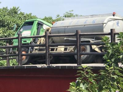 工程水車壓垮單車道橋墩 釣客遭砸壓身亡