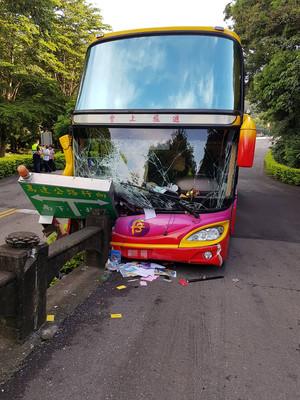 苗栗九華山遊覽車撞護欄 8人輕傷送醫