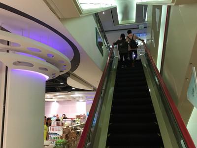 少女頭部卡電扶梯扶手與天花板間  送醫搶救