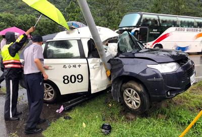 警車疑閃避遊覽車失控撞路燈 員警昏迷送醫