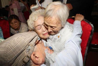 戰亂分離70年 南北韓離散家庭淚水中團聚
