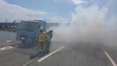 貨車爆胎起火燃燒 駕駛及時逃離