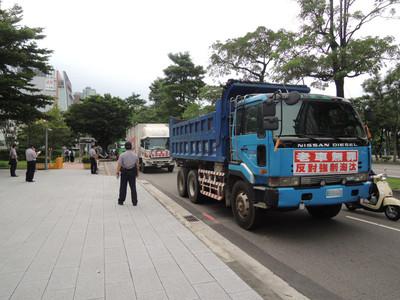 抗議加嚴管制 大型柴油車集結繞行中市府
