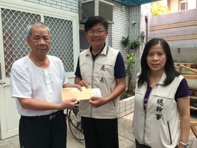 澎湖榮服處代申請救助金 送到老榮民家中