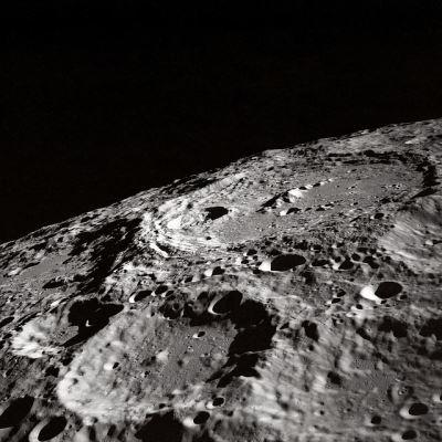 月球表面有冰 人類留駐有望