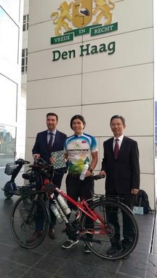 單車環球騎士陳峻永抵荷 海牙副市長接見
