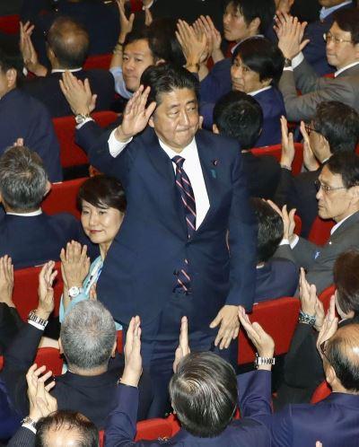 安倍晉三大勝對手石破茂 3度連任自民黨黨魁