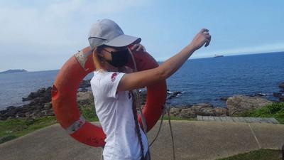 男子跳海輕生 女志工背救生圈跳礁岩救援