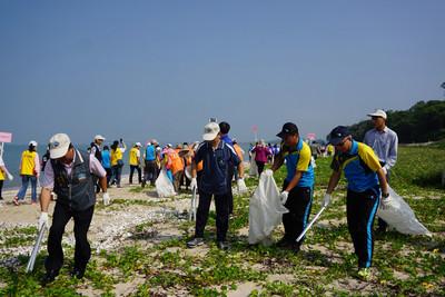 台電金門淨灘做公益 喚起自然人文關懷
