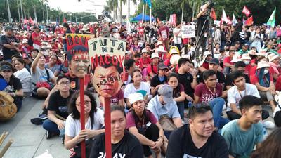 馬可仕戒嚴46週年 菲人抗議杜特蒂獨裁