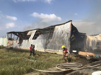 台南木材倉庫大火 灌救3小時無人傷亡