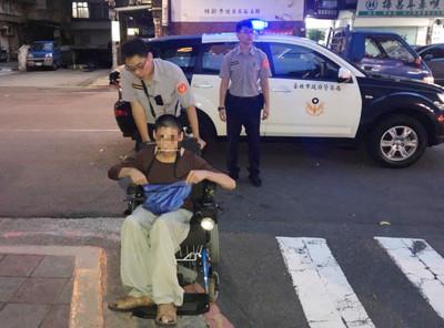 輪椅男求職不成又迷路 熱忱員警伸溫暖援手