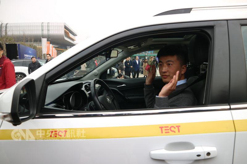 儘管已開放讓獲准的無人駕駛車輛在指定道路測試,但規定車上還是要有駕駛。車子緩緩開出時,車上駕駛面對媒體高舉雙手、豎起大拇指,證明自己完全沒碰方向盤。中央社記者陳家倫上海攝 107年3月1日