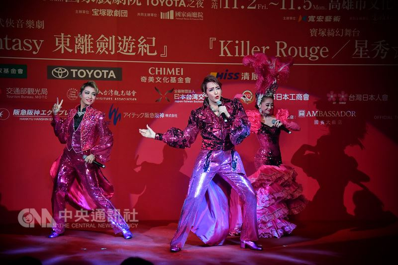 日本寶塚歌劇將來台灣公演,2日在台北國家戲劇院舉行記者會,演員紅悠智露(中)、綺咲愛里(右)、禮真琴(左)展現精湛演藝。中央社記者王飛華攝 107年3月2日