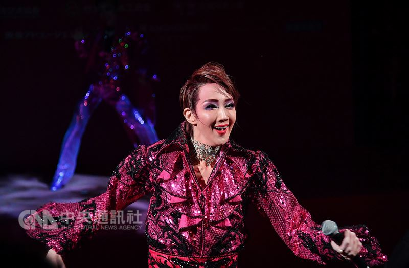 日本寶塚歌劇將來台灣公演,2日在台北國家戲劇院舉行記者會,演員紅悠智露在記者會上展現精湛演藝。中央社記者王飛華攝 107年3月2日