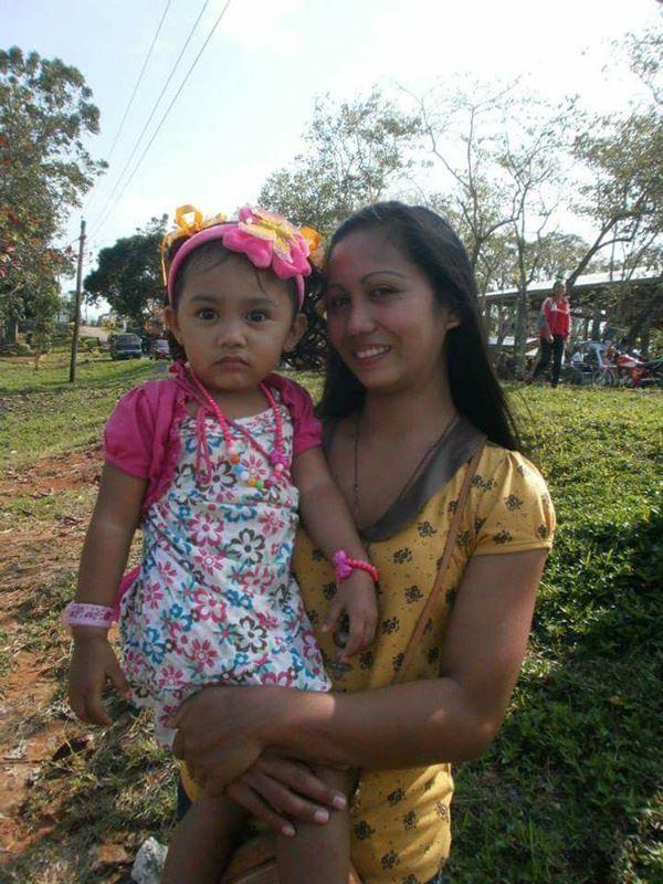 菲律賓移工美樂蒂(右)來台灣工作本在5月將滿3年,不幸於花蓮地震中罹難,她來台灣後努力賺錢,都還沒返鄉。圖為美樂蒂、與女兒在2014年的合照,當時女兒3歲。(傑生提供)