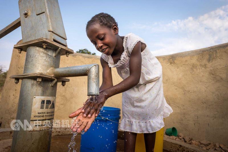 世界展望會為非洲尚比亞布蘭達村新蓋一口水井,就在9歲女孩朵卡絲(Dorcas Hamasamu)家附近,讓朵卡絲一家能使用衛生乾淨的水源。(世界展望會提供)中央社記者陳偉婷傳真 107年3月3日