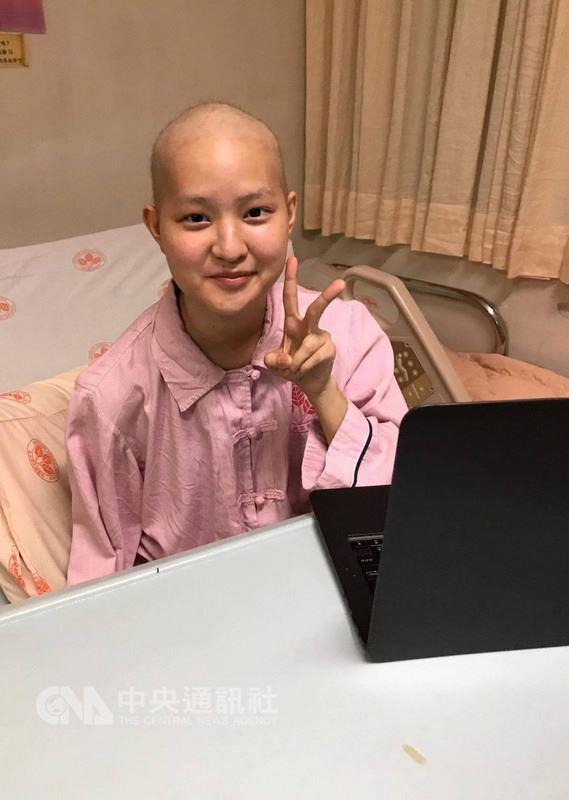 20歲獨臂癌友菲比日前因癌細胞轉移心臟,被宣告可能只剩半年可活,被命運逼出的勇氣讓她接受難度極高的開心手術,並奇蹟成功,將努力活出獨一無二的人生。(菲比提供)中央社記者陳偉婷傳真 107年3月3日