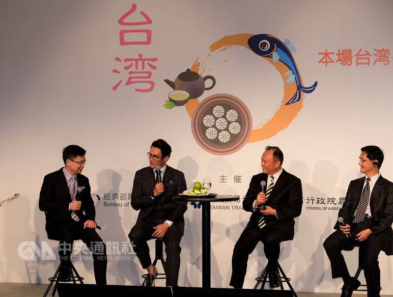旅日職棒球星陽岱鋼(左2)代言台灣食品,與外貿協會董事長黃志芳(左1)、農委會主委林聰賢(右2)及國貿局主秘倪克浩座談。中央社記者黃名璽東京攝 107年3月5日