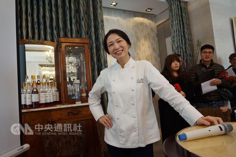 樂沐法式餐廳將在年底熄燈,主廚陳嵐舒(前)9日在樂沐召開記者會,她說,樂沐讓她接觸許多不同人,這些人給予的批判、交流,將她帶到另一個層次,「變成一個我從沒想像過的人」。中央社記者趙麗妍攝 107年3月9日