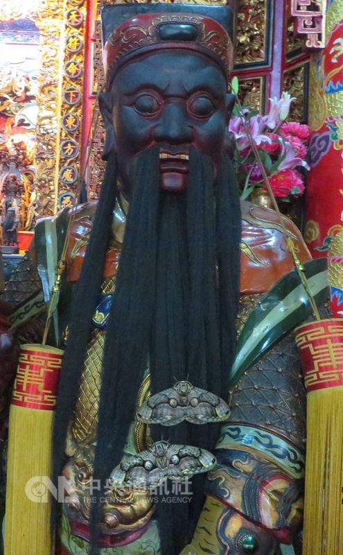 每年阿里山花季期間,阿里山受鎮宮內都會出現所謂「神蝶朝拜」奇景,學名為「枯球籮紋蛾」的蛾類,停駐在神像的鬍鬚上,被喻為神蹟。(嘉義林管處提供)中央社記者江俊亮傳真 107年3月10日