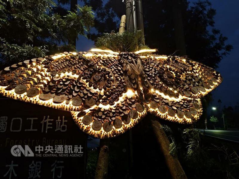 嘉義林區管理處今年在阿里山花季期間,將首次結合全台最高廟宇,在位於海拔約2150公尺的受鎮宮,推出「春遊阿里山~日沐百花.夜賞神蝶」活動。圖為觸口工作站前的「枯球蘿紋蛾」裝置藝術。(嘉義林管處提供)中央社記者江俊亮傳真 107年3月10日