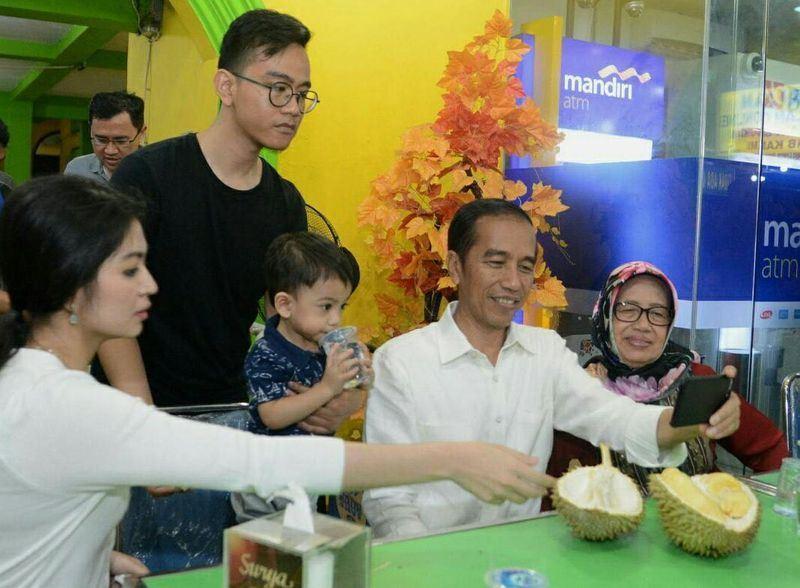 印尼總統佐科威(右2)角逐明年總統大選拚連任,長子吉伯朗(右4)表示,支持父親連任,但他對政治沒興趣,只想好好做餐飲事業。(圖取自佐科威臉書facebook.com/Jokowi)