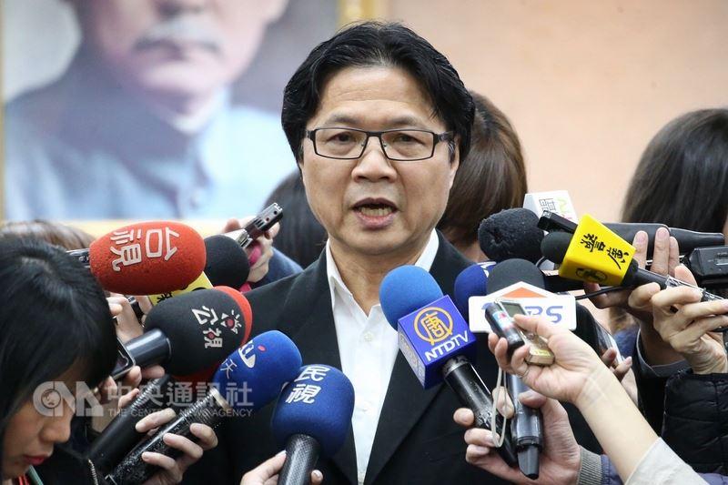 內政部長葉俊榮(中)12日在立法院受訪表示,內政部會不斷要求中華民國婦女聯合會組織民主改革、修改章程,以後就不會被一些人壟斷;黨產會也有黨產會的處理程序,現在就按法律程序走。中央社記者吳翊寧攝 107年3月12日
