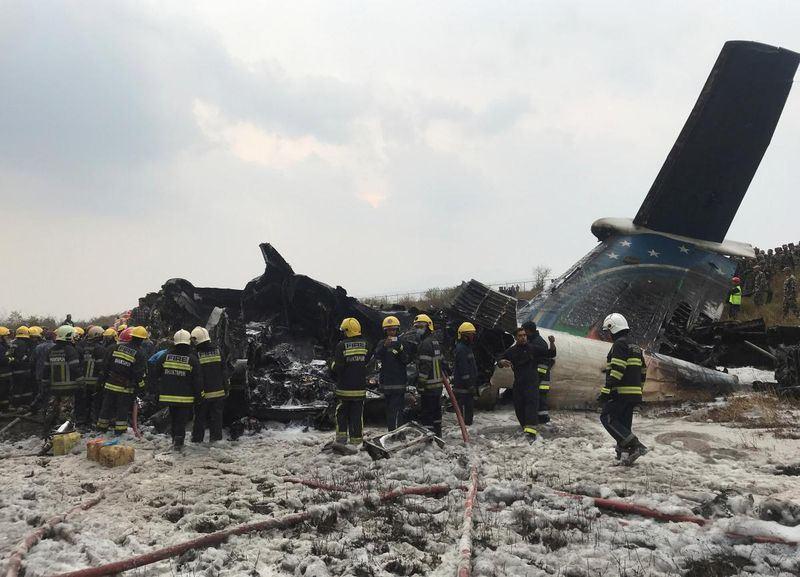 一架載有71位乘員的孟加拉客機在準備降落時,墜毀在尼泊爾首都加德滿都的國際機場附近,官員表示,目前已找到部分屍體。(路透社提供)