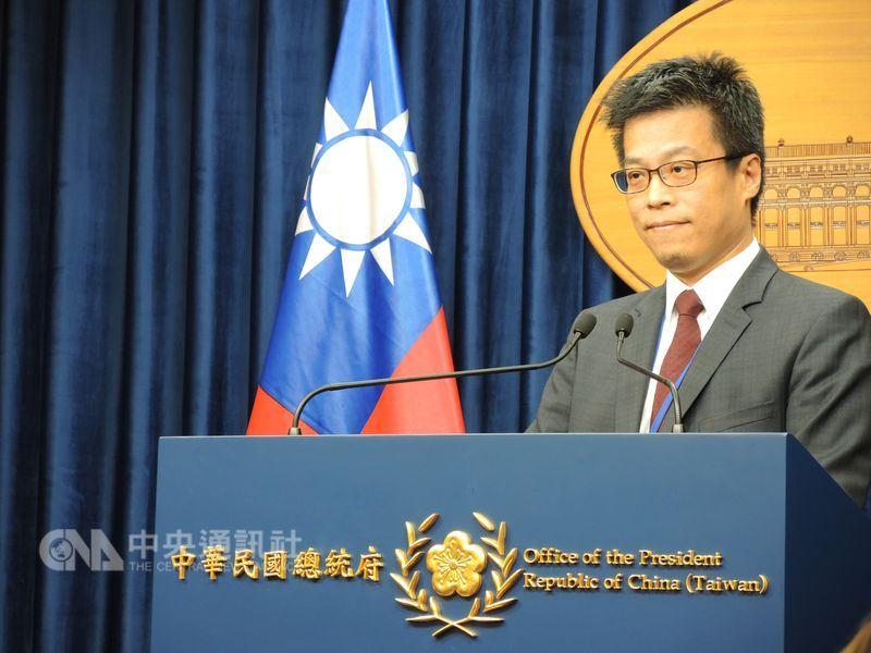 針對中國人大通過修憲案,總統府發言人黃重諺(圖)12日說,持續關注,沒有進一步評論。(中央社檔案照片)