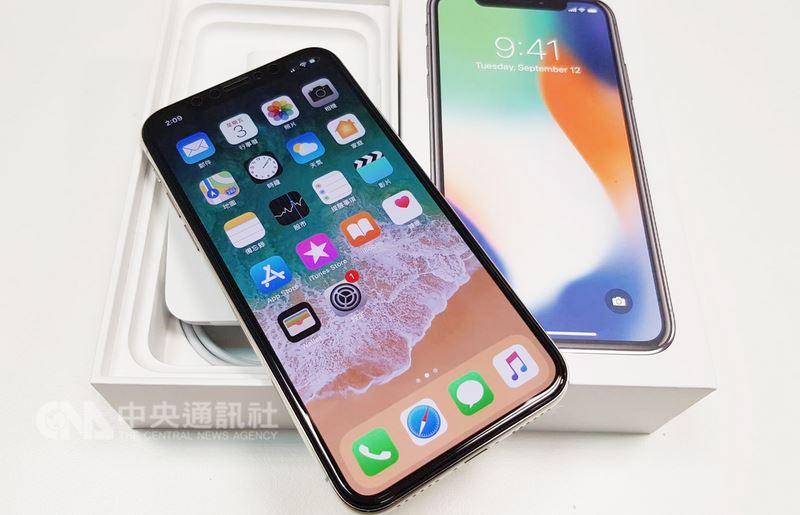 分析師推測,從蘋果合作夥伴菲尼薩下半年擴大量產VCSEL元件看,今年秋季新iPhone都具擴增實境(AR)和臉部辨識Face ID功能。圖為iPhone X。(中央社檔案照片)