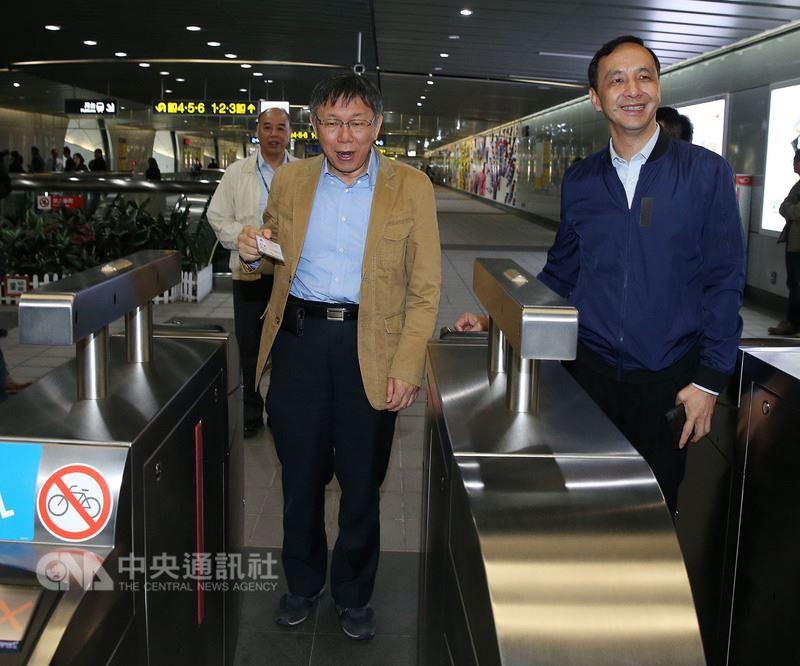 台北市長柯文哲(前左)、新北市長朱立倫(前右)12日共同宣布交通定期票將於4月16日發行。中央社記者郭日曉攝 107年3月12日