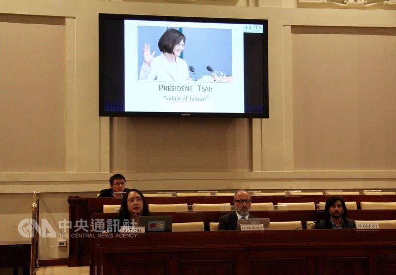 政務委員唐鳳10日出席梵蒂岡宗座社科院研討會,介紹台灣的數位民主。她以蔡總統的台灣價值開場,並在iPad背後貼上中華民國與梵蒂岡國旗。(駐教廷大使館提供)中央社記者黃雅詩梵蒂岡傳真 中華民國107年3月12日