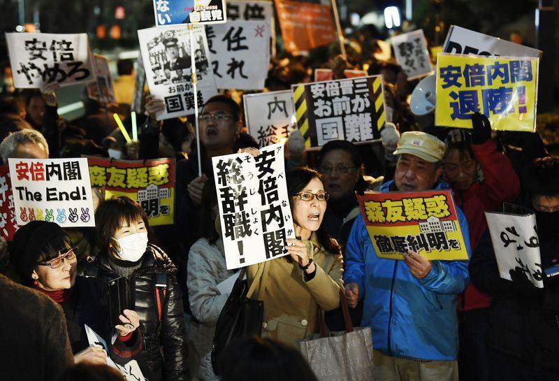 日本財務省12日坦承竄改首相安倍晉三裙帶主義醜聞相關文件,有民眾集結在日本首相官邸前、舉著「安倍內閣總辭職」的字條抗議。(共同社提供)