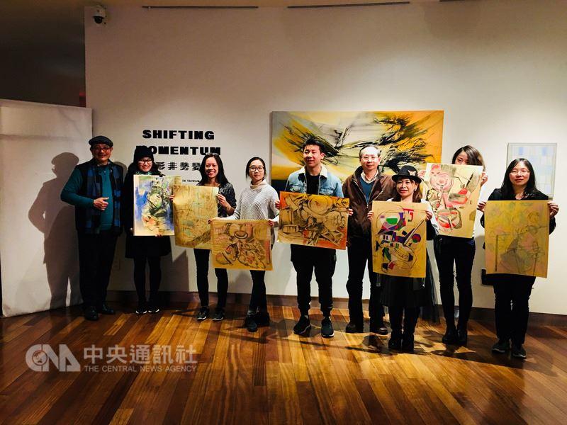 文化部舉辦形非勢變台灣抽象藝術展素描工作坊,畫家郭博州(左一)指導年輕同好切磋畫藝。(紐約台北文化中心提供)中央社記者黃兆平紐約傳真  107年3月12日