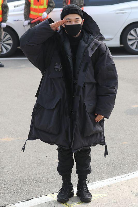 南韓男團BIGBANG成員太陽12日下午在經紀人陪同下走向兵營,進入營門前,太陽擺姿勢供媒體拍照,並向送行歌迷鞠躬致意。(韓聯社提供)