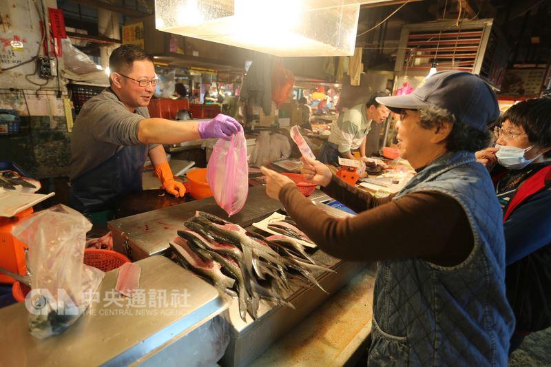 座落於台南市北區的鴨母寮市場,是台南知名的傳統市場,今年慶百年,市場中許多攤販傳承2代至4代。中央社記者張榮祥台南攝  107年3月13日