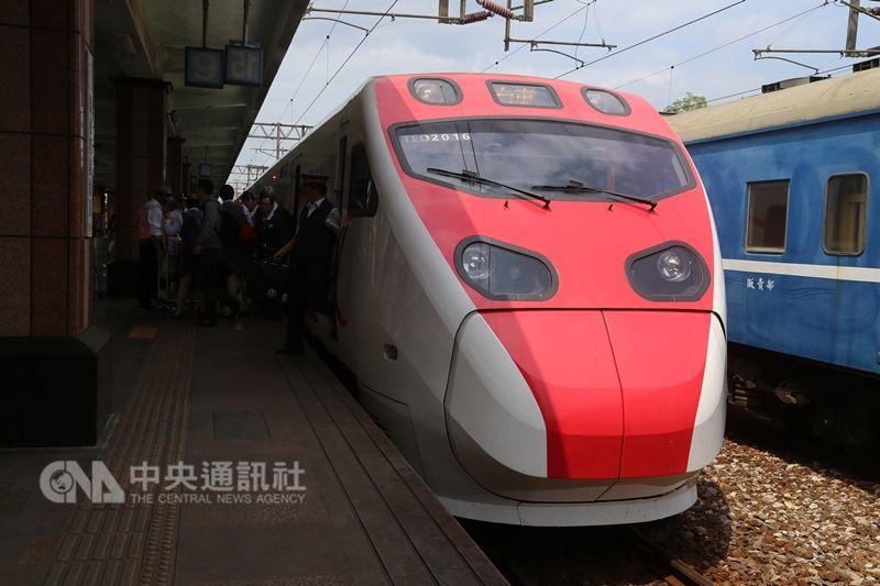 台鐵13日表示,第4代票務系統年底可望上線,旅客預計明年5月可在家自行列印車票,或以手機電子取票。(中央社檔案照片)