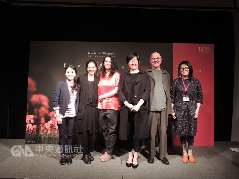 碧娜.鮑許烏帕塔舞蹈劇場推出的舞碼「康乃馨」,15日起到17日將在台中國家歌劇院演出,歌劇院藝術總監王文儀(右3)13日陪同舞團一起召開演出前記者會,感謝觀眾對現代舞作的支持。中央社記者郝雪卿攝 107年3月13日