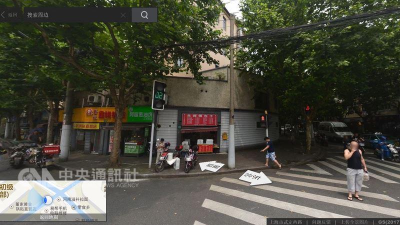 武定西路上「破牆開店」的商鋪,密集地聚在短短600公尺道路上,卻也懂得經營分眾市場、避免惡性競爭。靠近萬航渡路小學的一頭,主要顧客是學生,以往專賣早餐、點心。(取自百度街景)中央社記者陳家倫上海傳真 107年3月13日