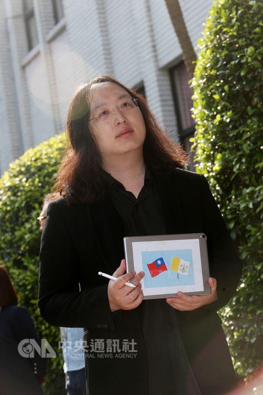 行政院政務委員唐鳳(圖)13日在立法院說明出席梵蒂岡宗座科學院研討會,介紹台灣數位民主,並出示手持的iPad,背面還貼上中華民國與梵蒂岡國旗。中央社記者吳家昇攝  107年3月13日