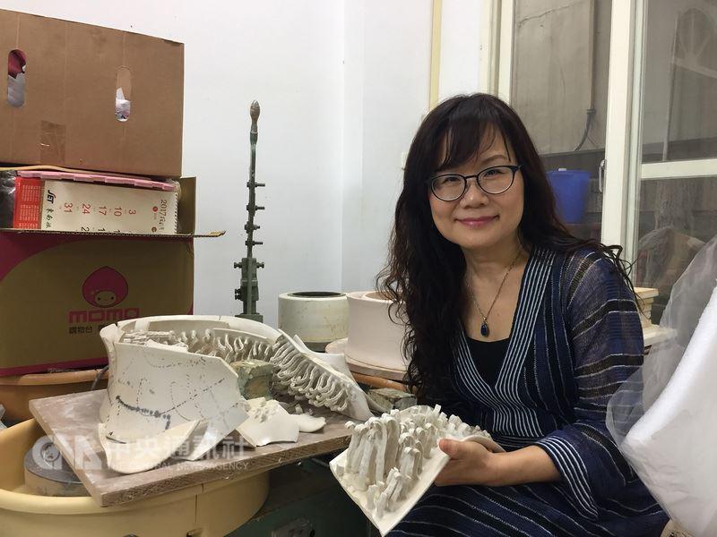 陶藝工作者彭雅美日前公布她的作品入選西班牙國際陶藝競賽,作品原件還未寄出,卻因花蓮地震破碎了,她傷心之餘,決定再燒製一個,這件名為「生命初始」的陶藝品雖在地震崩壞,也能重生。中央社記者李先鳳攝 107年3月13日