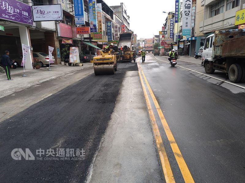 台中市政府推動路平專案,截至3月6日,台中市路平總公里數已達454.43公里,山城路平也達到109.53公里。(台中市政府提供)中央社記者趙麗妍傳真 107年3月13日